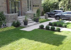 aménagement avant maison avec pavés et pelouse