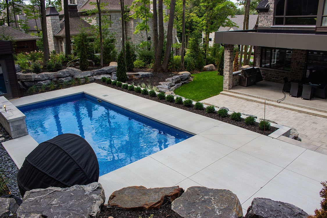 Terrassement-euro-pave-uni-piscine-paysagiste