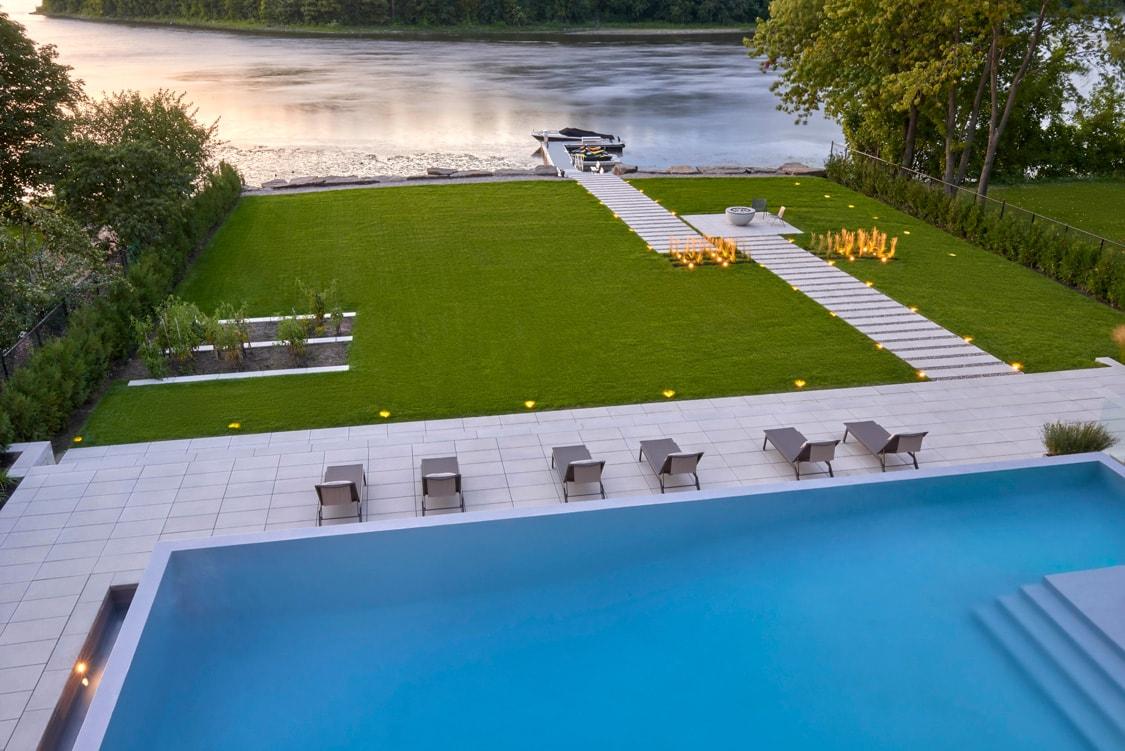 amenagement-paysager-exterieur-piscine-bord-eau-min